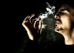 gay fumando maconha