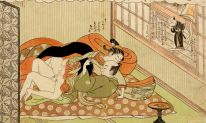 A xilogravura japonesa de dois homens fazendo amor - um vestido de mulher, seu traje como um ator de teatro.