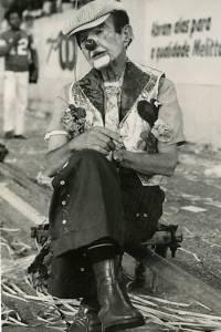 O folião, fantasiado de palhaço, descansa durante o carnaval